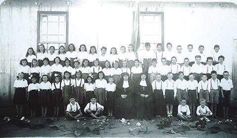 Irmãs Catequistas e alunos. Angico, Rio do Oeste (SC), entre 1950 e 1954.  Fonte: Arquivo pessoal da Irmã Geraldina Rover. Rio dos Cedros (SC).